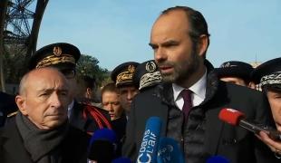 Le Premier ministre, Édouard Philippe, rend visite aux forces de sécurité à la Tour Eiffel