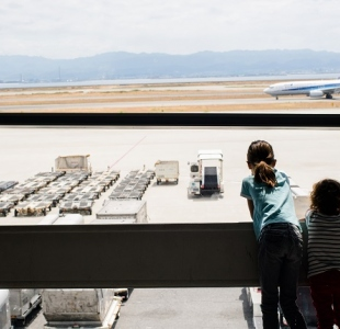 Si votre enfant voyage sans vous à l'étranger, pensez à l'AST
