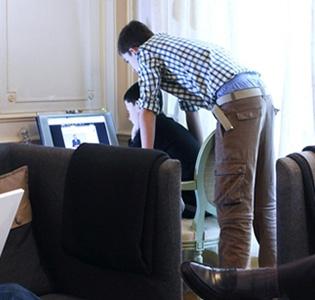 Photo de la Famille Defline à Paris se connectant à leur ordinateur, tablette et téléphone