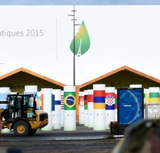 Militaires français devant le Bourget qui acceuille du 30 novembre au 11 décembre la COP 21
