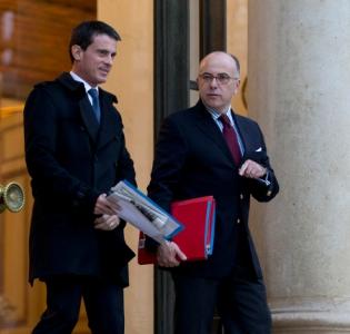 Photo de Manuel Valls et de Bernard Cazeneuve sortant de l'Elysee