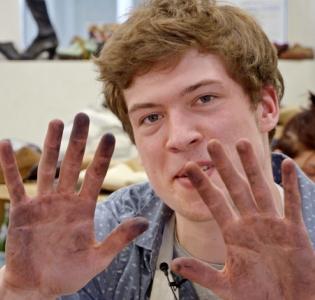 Paul dans l'atelier de cordonnerie-botterie des Compagnons du Devoir de Pantin