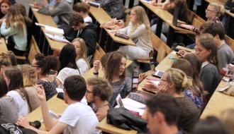 Étudiants dans un ampithéâtre
