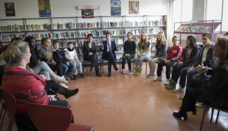 Najat Vallaud-Belkacem et Manuel Valls échangent avec des élèves