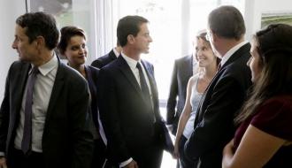 Photo de Manuel Valls, Najat Vallaud-Belkacem et Thierry Mandon avec des étudiants dans la nouvelle résidence Jean Zay à Avignon