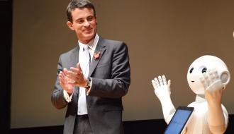 Photo de Manuel Valls à côté du robot Nao, au Japon le 5 octobre 2015