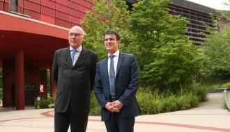 A l'occasion des 10 ans du musée du quai Branly - Jacques Chirac, Manuel Valls se tient aux côtés de Stéphane Martin, président de l'établissement public du musée.