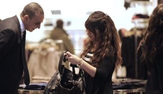 Un personnel de sécurité effectue une inspection visuelle d'un sac