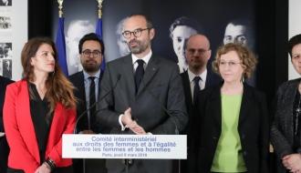 Le Premeir ministre entouré des ministres lors du Comité interministériel aux droits des femmes et à l'égalité entre les femmes et les hommes