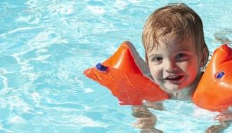 Enfant nageur en piscine