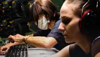 Fabrication de masques par l'entreprise Les Tissages de Charlieu | COVID-19 | Gouvernement