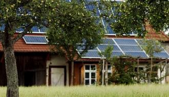 Panneaux solaires sur le toit d'une ferme