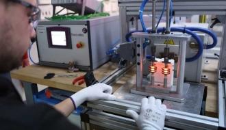 Un ouvrier de l'entreprise Aeva, spécialisée dans les systèmes d'allumage de turbines d'hélicoptères.