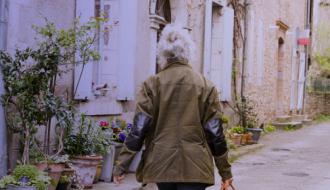 Une personne de dos marche en extérieur sans masque