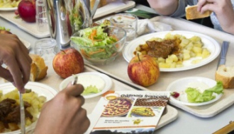 Des enfants déjeunent dans un restaurant socilaire
