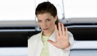 Une jeune scientifique dit « stop » de la main