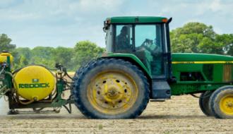 Un tracteur dans un champ agricole