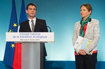 Photo de Manuel Valls et Ségolène Royal présentant le 4 février 2015 la feuille de route écologique du Gouvernement pour 2015.