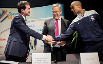 Photo de Manuel Valls lors de la signature du 400e emploi d'avenir à Evry