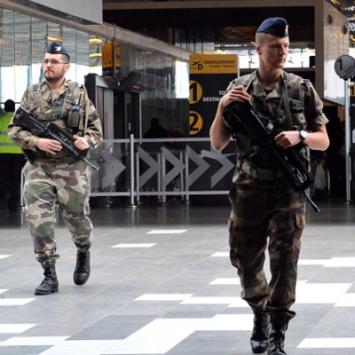 Photo de deux militaires en patrouille