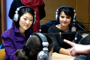 Photo de Fleur Pellerin et Najat Vallaud-Belkacem avec les élèves d'un atelier radio à l'école Paul Bert de Malakoff.