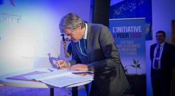Photo de Stéphane Le Foll signant le 1er décembre 2015 à la COP 21 le lancement de l'initiative 4 pour 1000