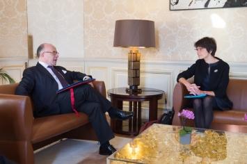 Bernard Cazeneuve speaking with Commissioner Marianne Thyssen