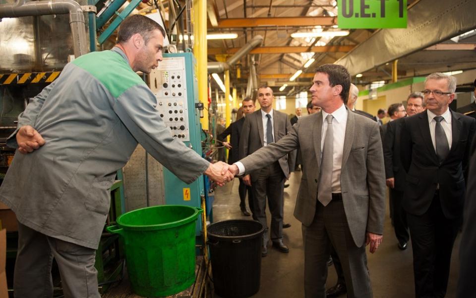Manuel Valls rencontre les salariés de SACRED