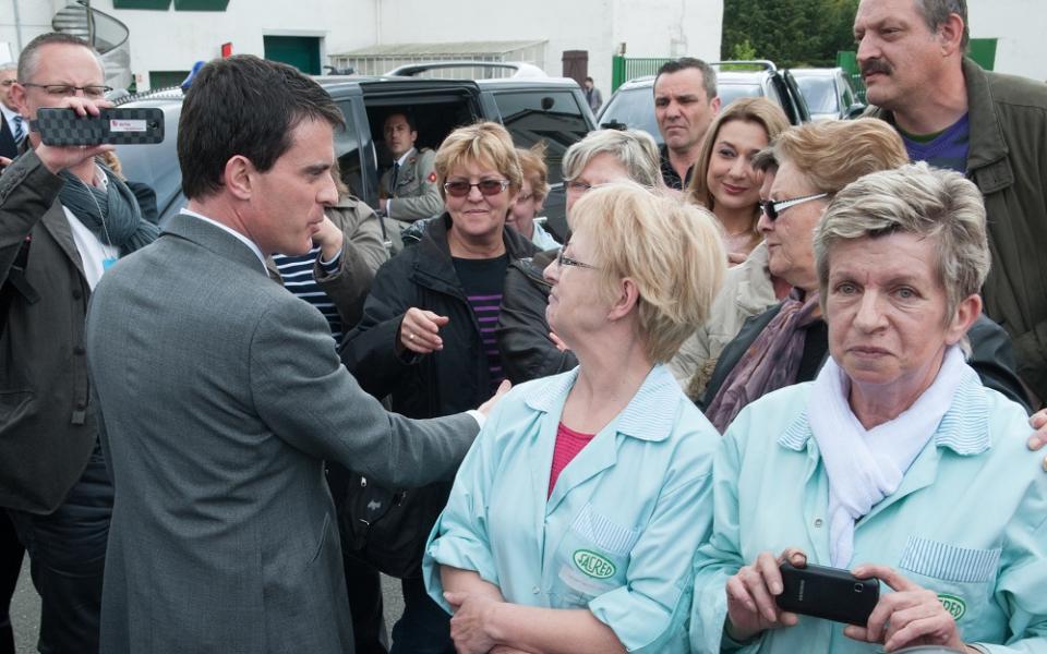 Manuel Valls devant l'usine SACRED