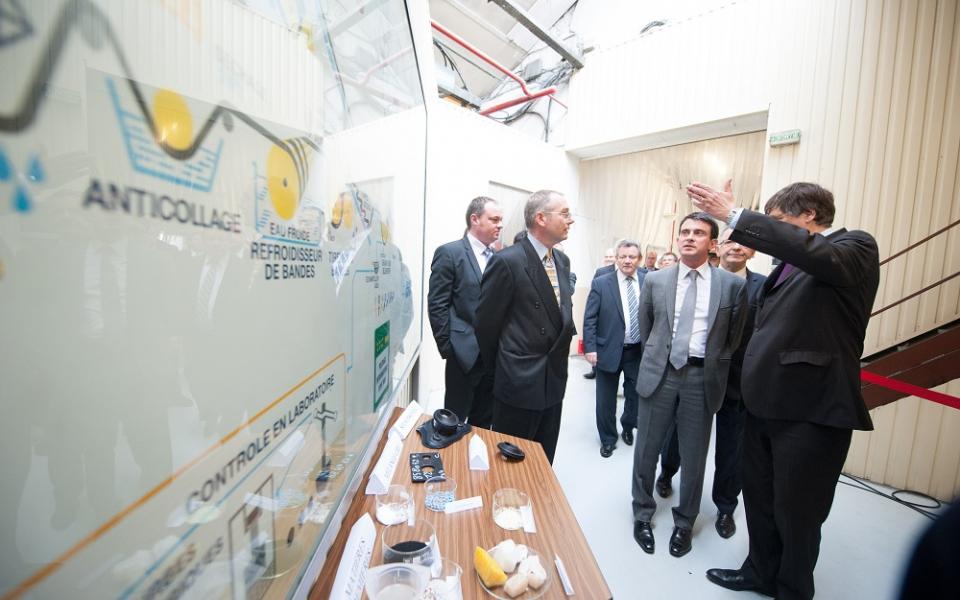 Manuel Valls visite l'entreprise SACRED