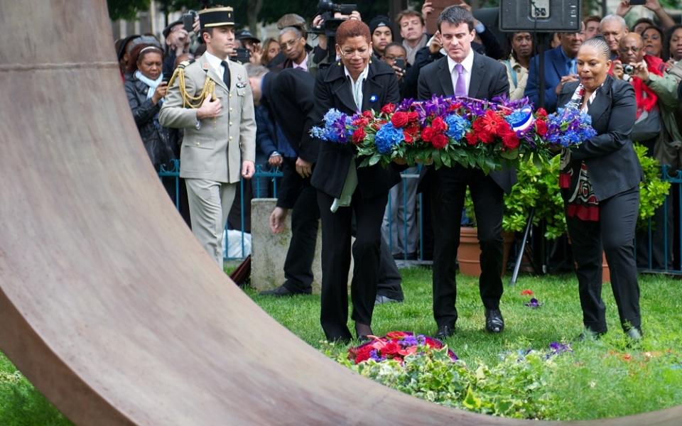 Manuel Valls dépose une gerbe avec George-Pau Langevin et Christiane Taubira