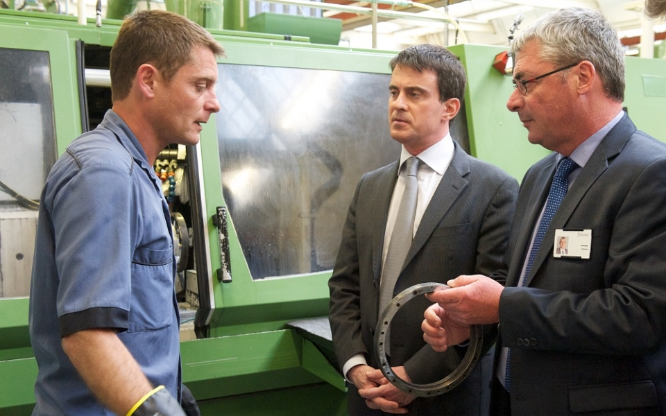 Manuel Valls échange avec un salarié de Staübli