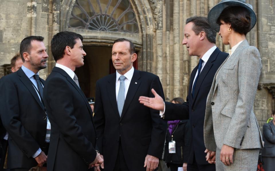 Manuel Valls avec David et Samantha Cameron devant la cathédrale de Bayeux.