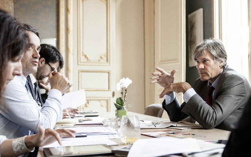 Avant le Conseil des ministres qui se tient à 10h à l'Élysée, le Porte-parole prend connaissance des dossiers qui y seront abordés.