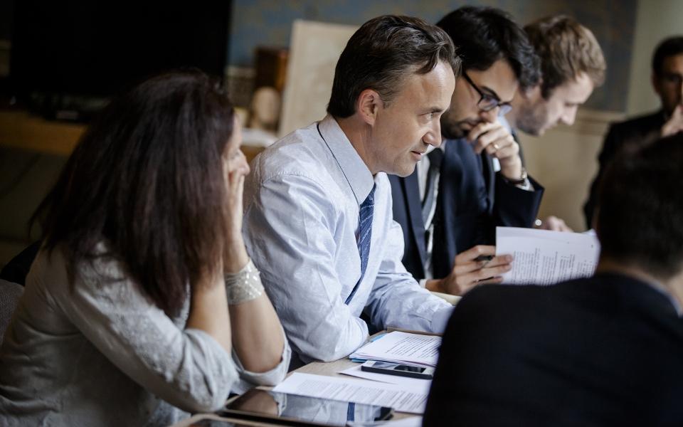 Ses conseillers évoquent avec lui les sujets du jour et les dernières actualités, afin d'identifier les prises de position qui peuvent être attendues du Gouvernement dans la journée.