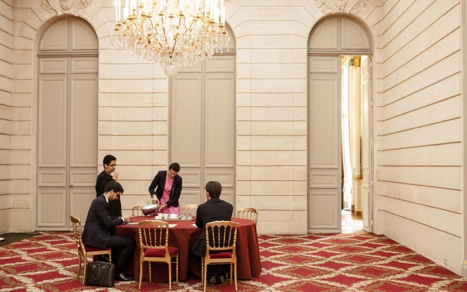 Pendant le Conseil des ministres, son équipe du porte-parolat, qui l'a suivi à l'Élysée, continue de suivre l'actualité et rassemble les dernières informations.