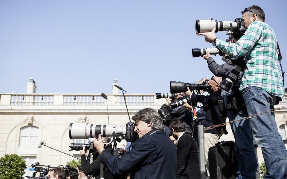 … que les journalistes guettent les premières réactions des ministres qui sortent …