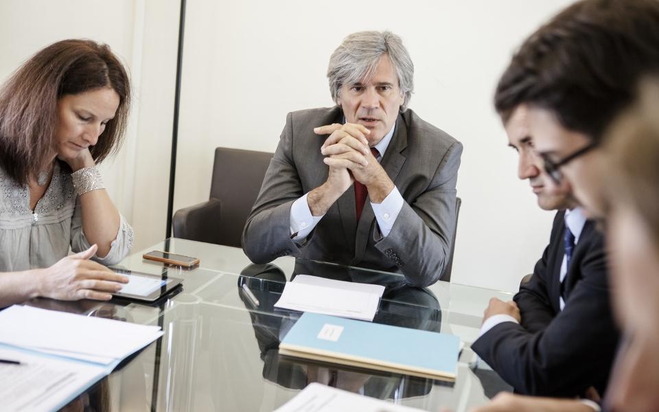 Dans un bureau de l'Élysée, Stéphane Le Foll relate à ses équipes les discussions qui se sont tenues lors du Conseil des ministres et s'informe des dernières actualités.