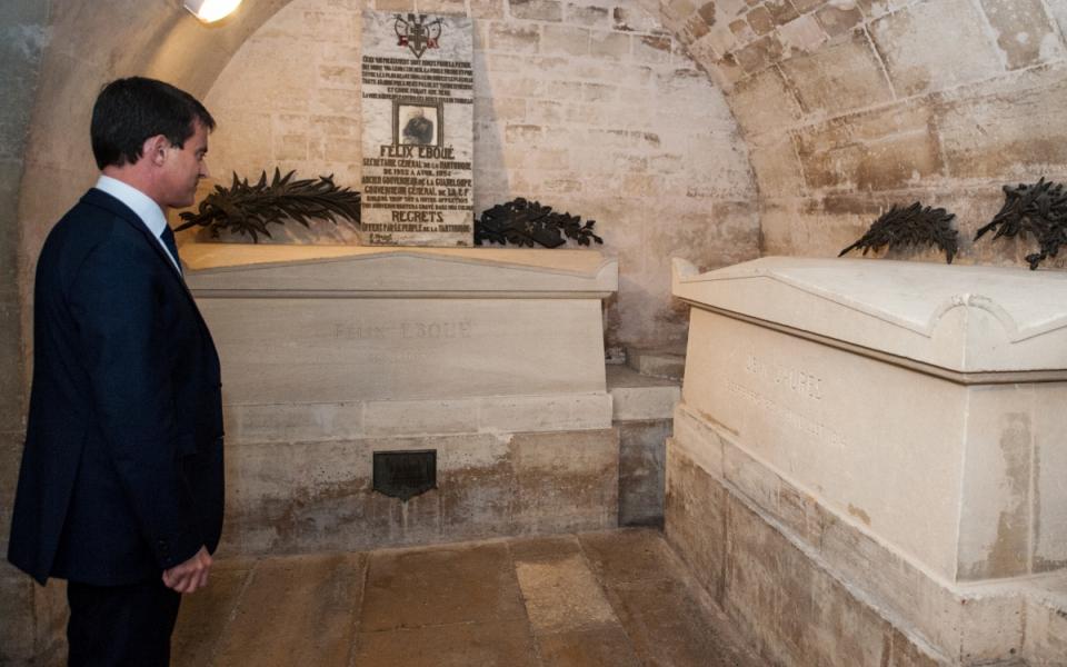 Manuel Valls devant la tombe de Jean Jaurès au Panthéon.