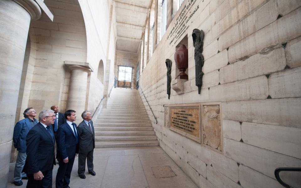 Manuel Valls devant l'urne contenant le coeur de Léon Blum au Panthéon.