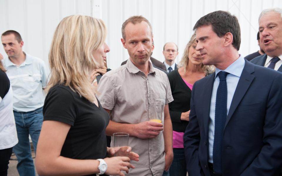 Manuel Valls échange avec des employées de l'entreprise SAB.