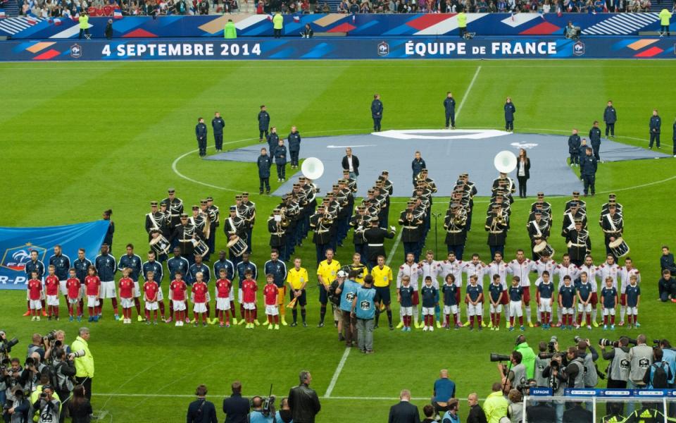 Coup d'envoi du match amical France-Espagne.