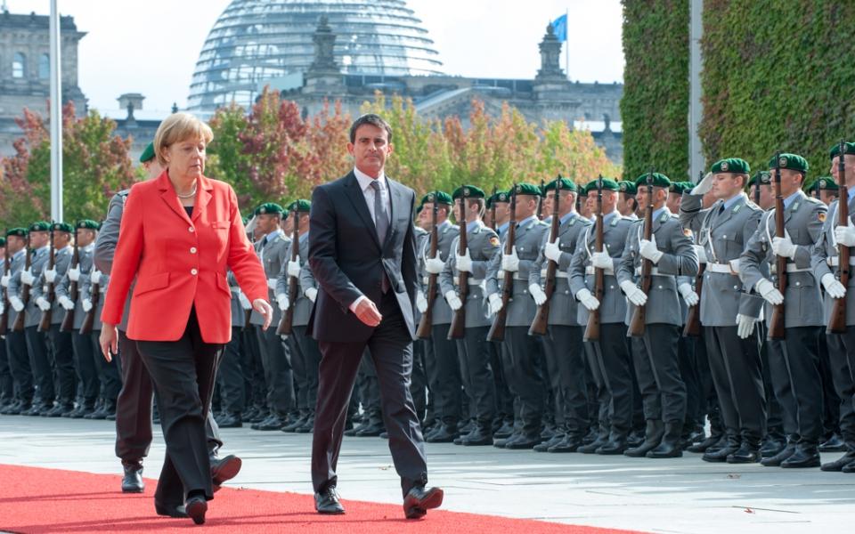Revue des troupes avec la Chancelière Angela Merkel