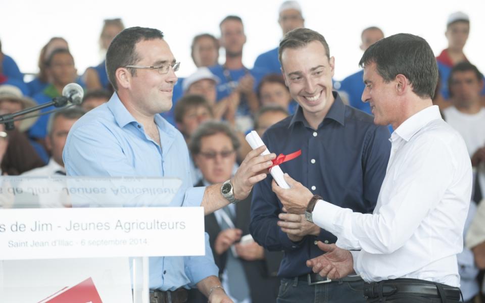 """Manuel Valls remet l'un des Prix """"Graines d'agriculteurs"""" à un lauréat"""