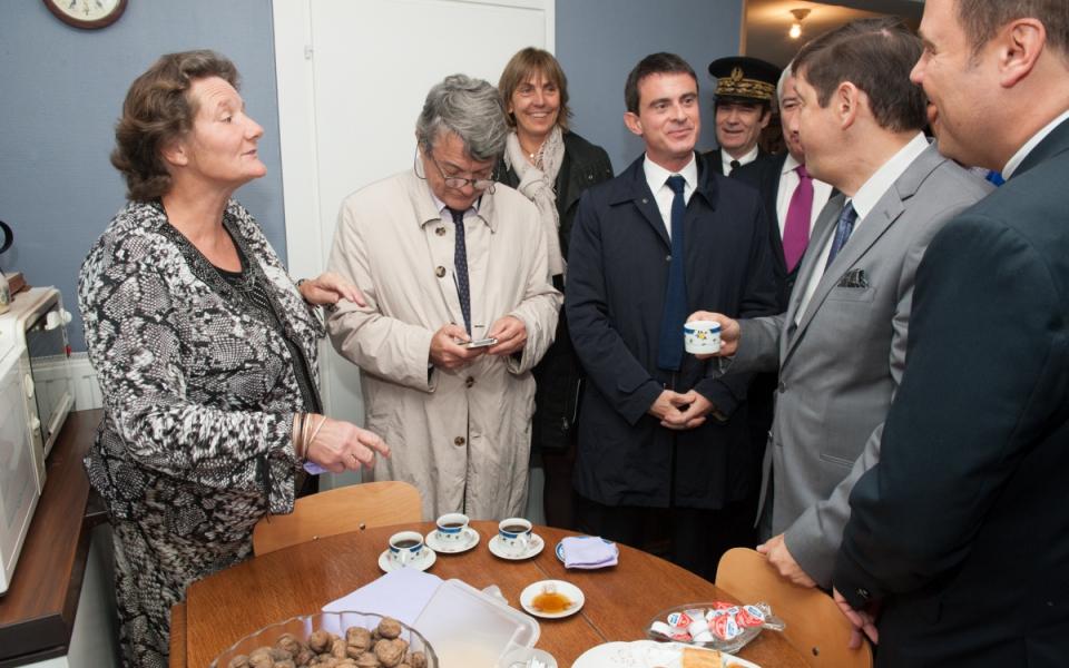 Manuel Valls, accompagné de Jean-Louis Borloo et Patrick Kanner, rencontre chez elle une habitante du projet de rénovation du quartier Anru Dutemple, à Valenciennes