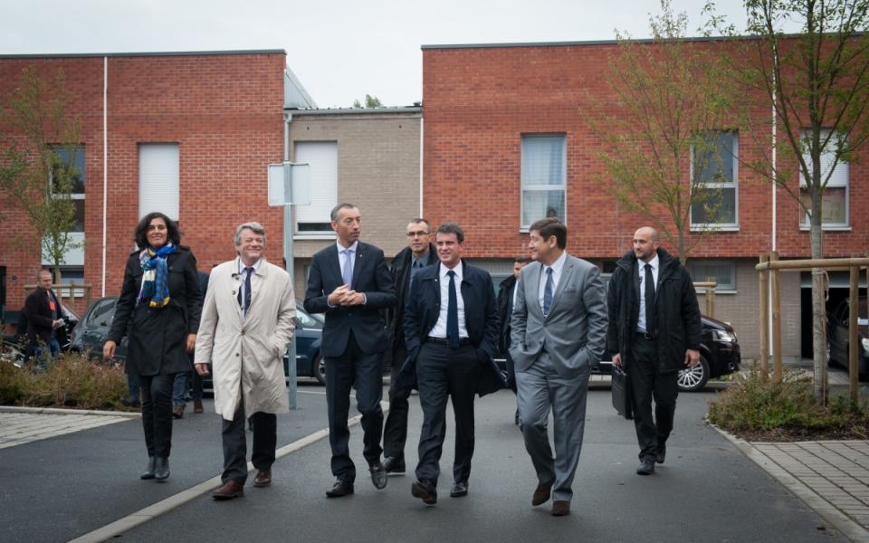 Manuel Valls est accueilli par Jean-Louis Borloo au quartier Anru Dutemple, à Valenciennes