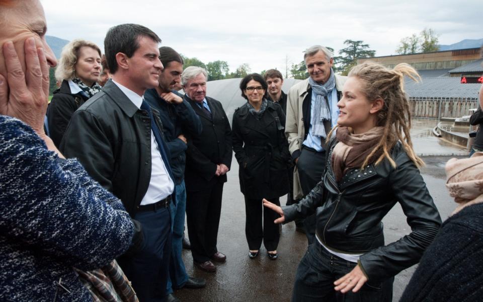 Manuel Valls échange avec une élève du lycée agricole de Reinach