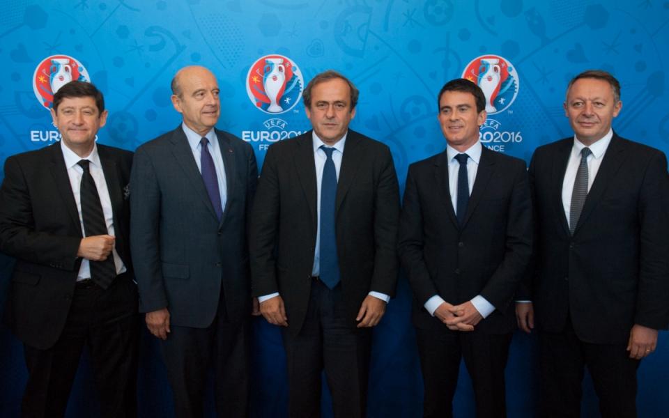 Manuel Valls entouré d'Alain Juppé, Michel Platini, Patrick Kanner et Thierry Braillard