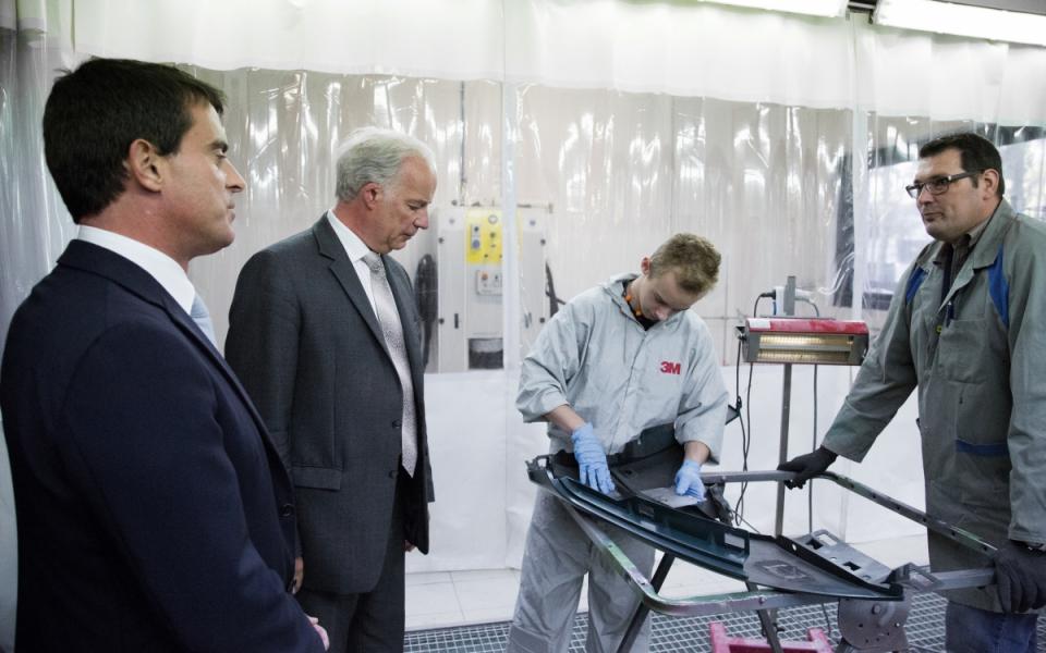 Manuel Valls rencontre des apprentis du CFA des métiers de l'automobile à Arras