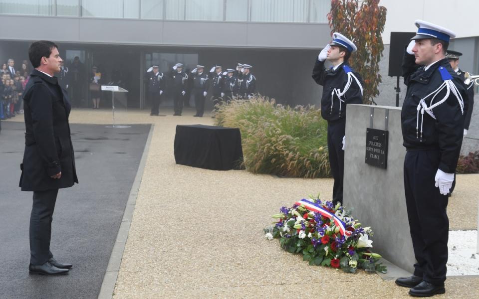 Manuel Valls lors de la cérémonie officielle dans la cour d'honneur de l'Hôtel de police de Beauvais